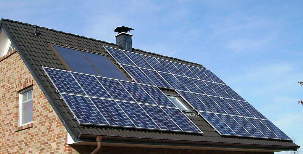 Wer im Süden Deutschlands wohnt, kann mit PV-Anlagen Energie erzeugen und Geld sparen. (Bild:Von Pujanak - Eigenes Werk, Gemeinfrei)