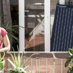 Frau mit Solarkraftanlage