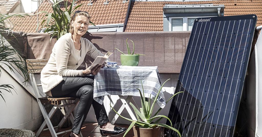 Frau mit Solaranlage Simon